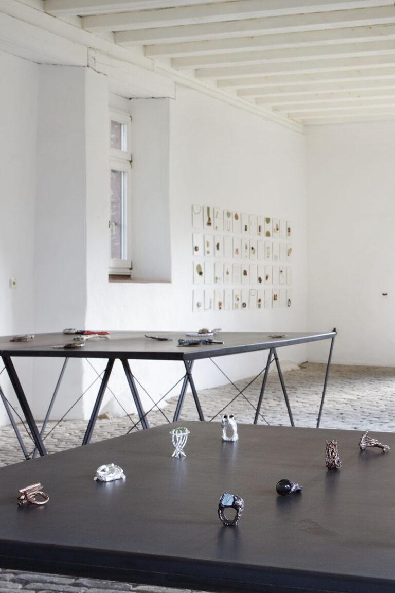 Galerie  im Kelterhaus, Rosemarie Jäger, Hochheim. SCHMUCK Iris Bodemer | Bettina Speckner - 'und so haben wir heute die Welt für Sie gesehen'   -  28. 08. - 18. 09. 2011